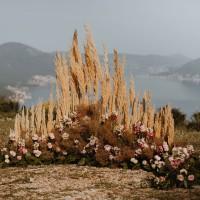 Полукруглая горизонтальная композиция из живых цветов и сухоцветов (диаметр 2,5 метра)