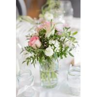 Декорации стола низкими вазами