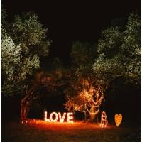 Декорации для ночной свадьбы. Светящиеся буквы, лампочки, свечи